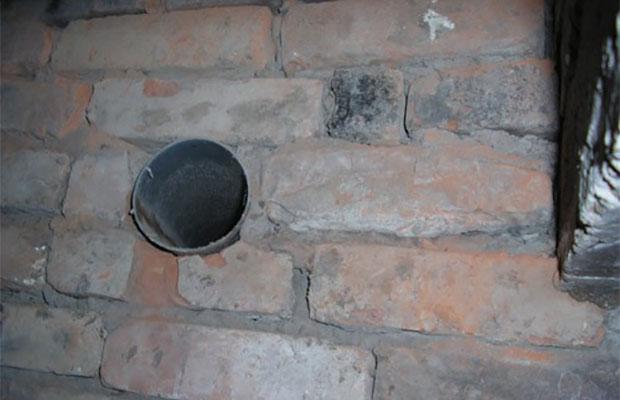 Отверстия для свежего воздуха располагаться на высоте 15–20 см. от пола