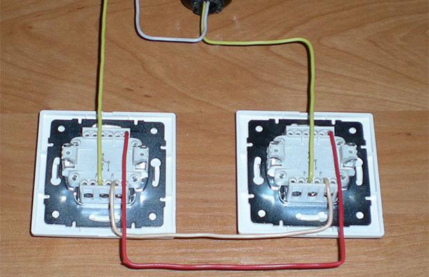 У проходных выключателей три клеммы для подключения проводов