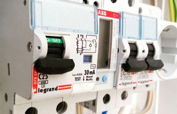 Обнаружив утечку тока, устройство защитного отключения выключает электричество