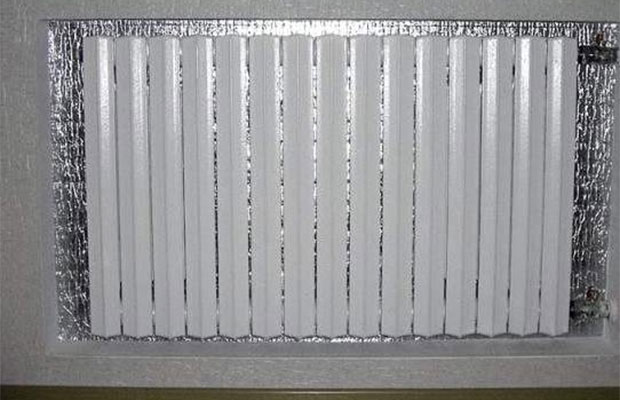 Монтаж пленок за радиаторы – простая последовательность действий