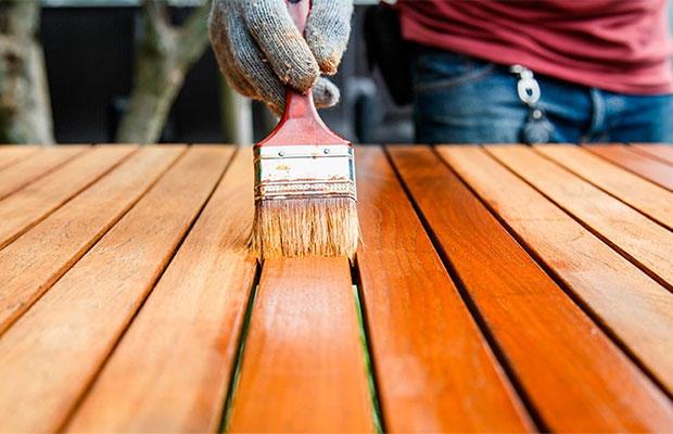 Лаком можно обрабатывать любые породы древесины