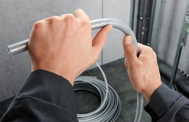 Металлопластиковые трубы легко гнуть, резать и соединять