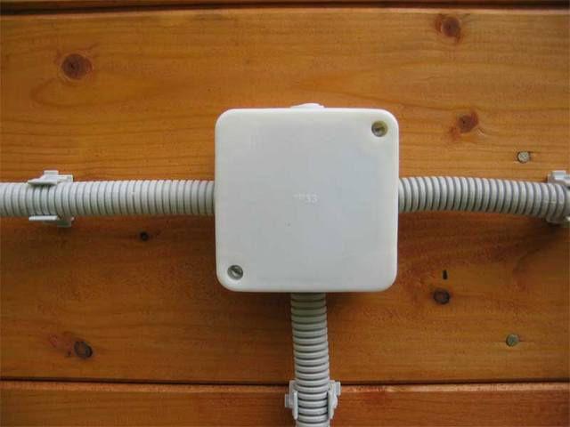 Проводка заключена в полимерные гофрированные трубы