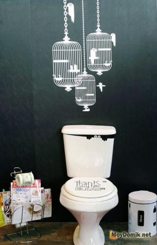 Интерьер туалета со стикерами