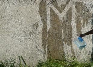"""Бетонная стена обработанная гидрофобизатором - """"после воды"""""""