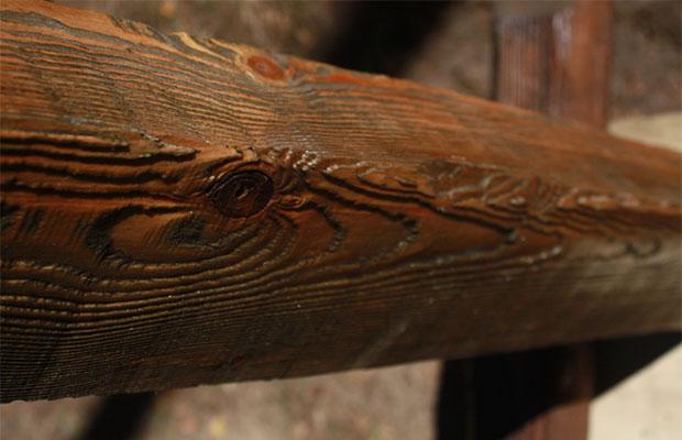 С помощью браширования обычной древесине придается эффект старины