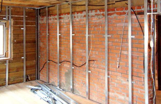 На стены обрешетка монтируется практически также, как и на потолок