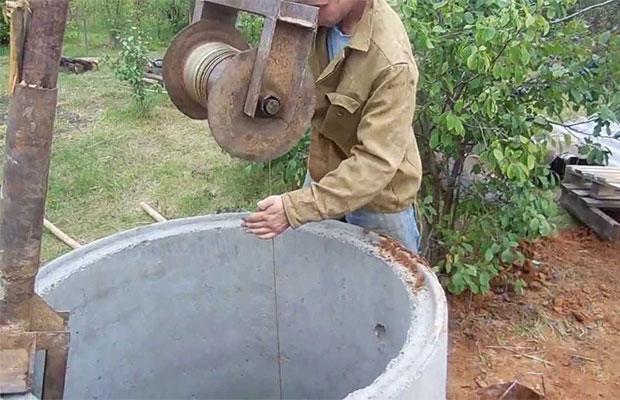 Бетонными кольцами будут укрепляться стенки шахты