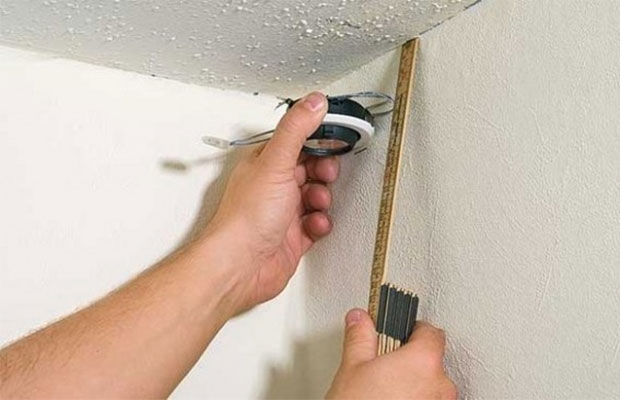Перед началом работы необходимо выровнять потолок и сделать разметку