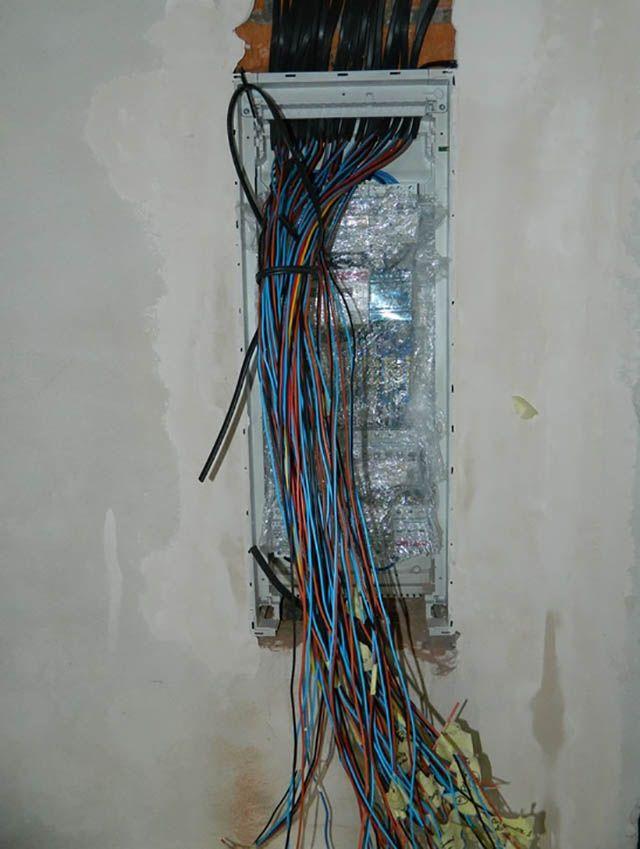 Разделанные и временно промаркированные кабели в электрическом щите