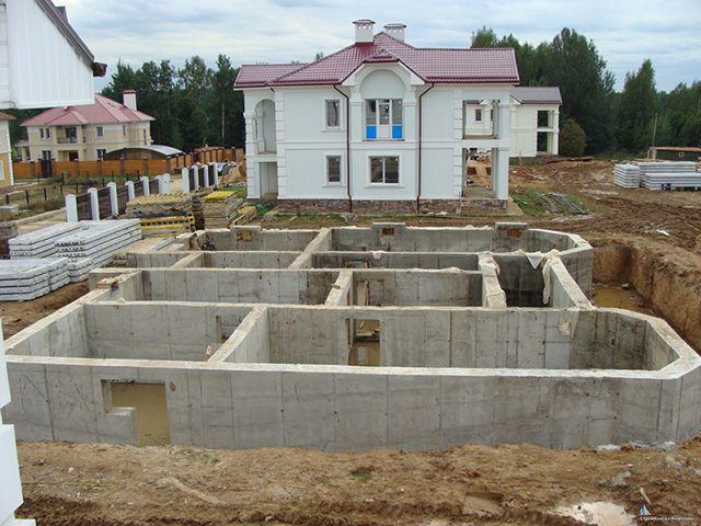 Строящиеся дома с цокольным этажом обязательно оборудуются пристенным дренажем еще на этапе возведения фундамента