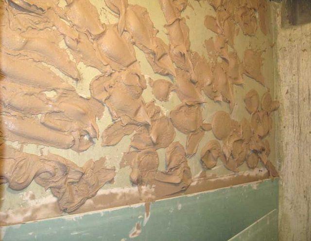 Если так удобнее, то клей можно наносить и на стену