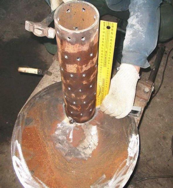Перфорированная труба должна быть строго перпендикулярна нижней крышке