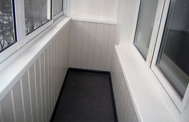Белые панели лучше не использовать на балконе
