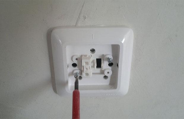 Снимать выключатель надо аккуратно и осторожно