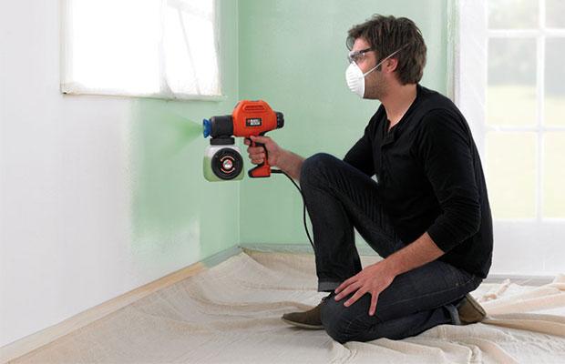 Распылитель нужно держать на равном расстоянии от стены и вести с одинаковой скоростью по всей длине поверхности