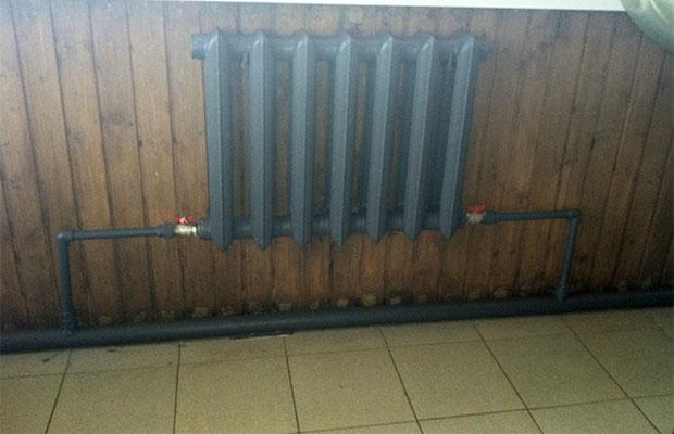 В однотрубной системе напорный и обратный патрубок котла соединяет одна линия, на которую нанизаны радиаторы
