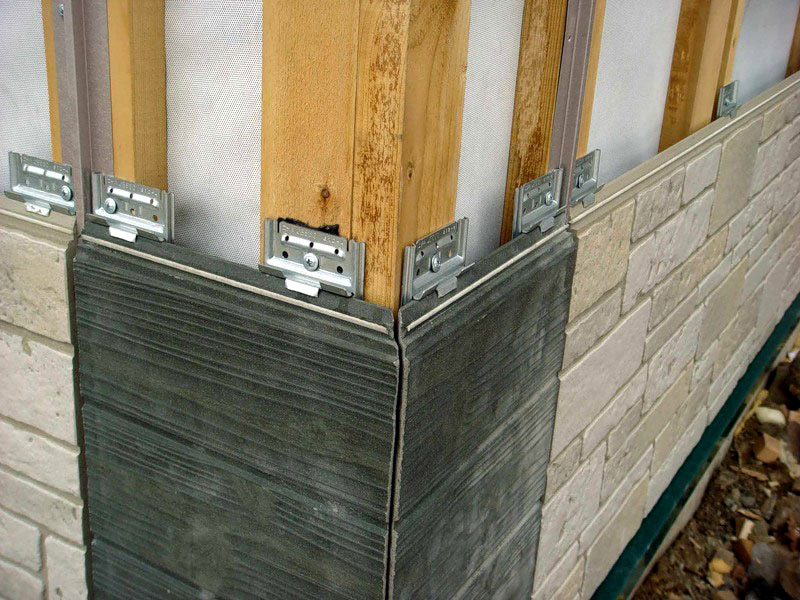 Фиброцементные панели устанавливаются на фасад частного дома