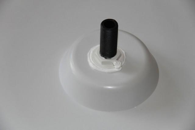 Потолочную лейку желательно обработать герметиком, чтобы не выкручивалась.