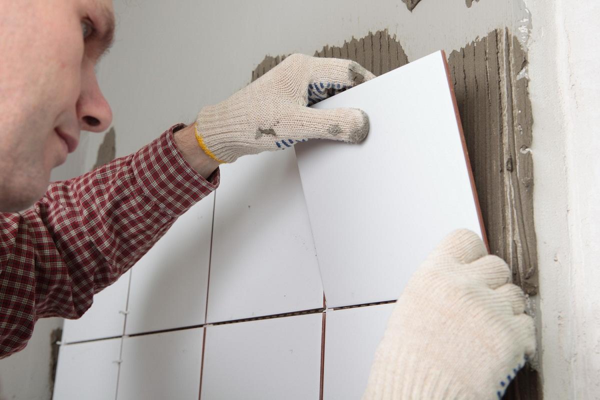 Перед тем как приклеить отпавшую плитку, стоит очистить поверхность от мусора и остатков старого клея