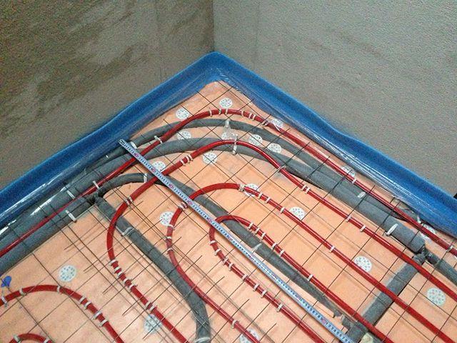 Правильно размещенная поверх труб теплого пола армирующая сетка