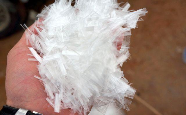 Невероятно, но факт. Вот такие тончайшие волокна полипропиленовой фибры многократно увеличивают прочность стяжки