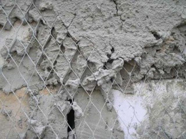 Цементная штукатурка «дружит» с бетонным основанием только через «посредников» - штукатурных сеток. И это несмотря на общие корни
