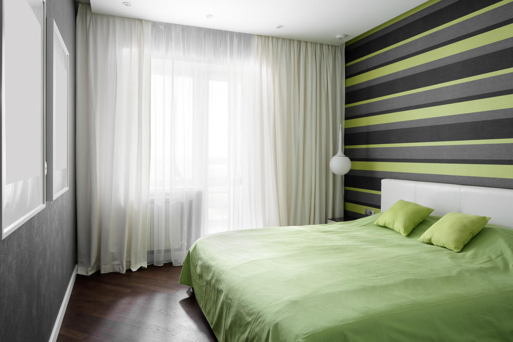 Если спальня изначально не имеет серьезных недостатков в виде неровных стен и потолка, то затраты на ремонт можно свести к минимуму