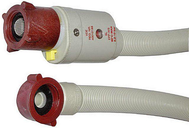 Накидные гайки шланга подачи воды имеют собственные уплотнения, закручиваются вручную и в подмотке не нуждаются