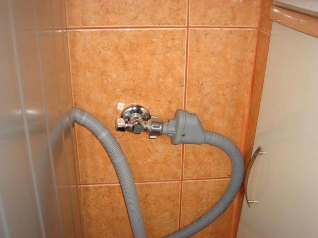 Водяная розетка с краном, и с подключённым шлангом посудомоечной машины.