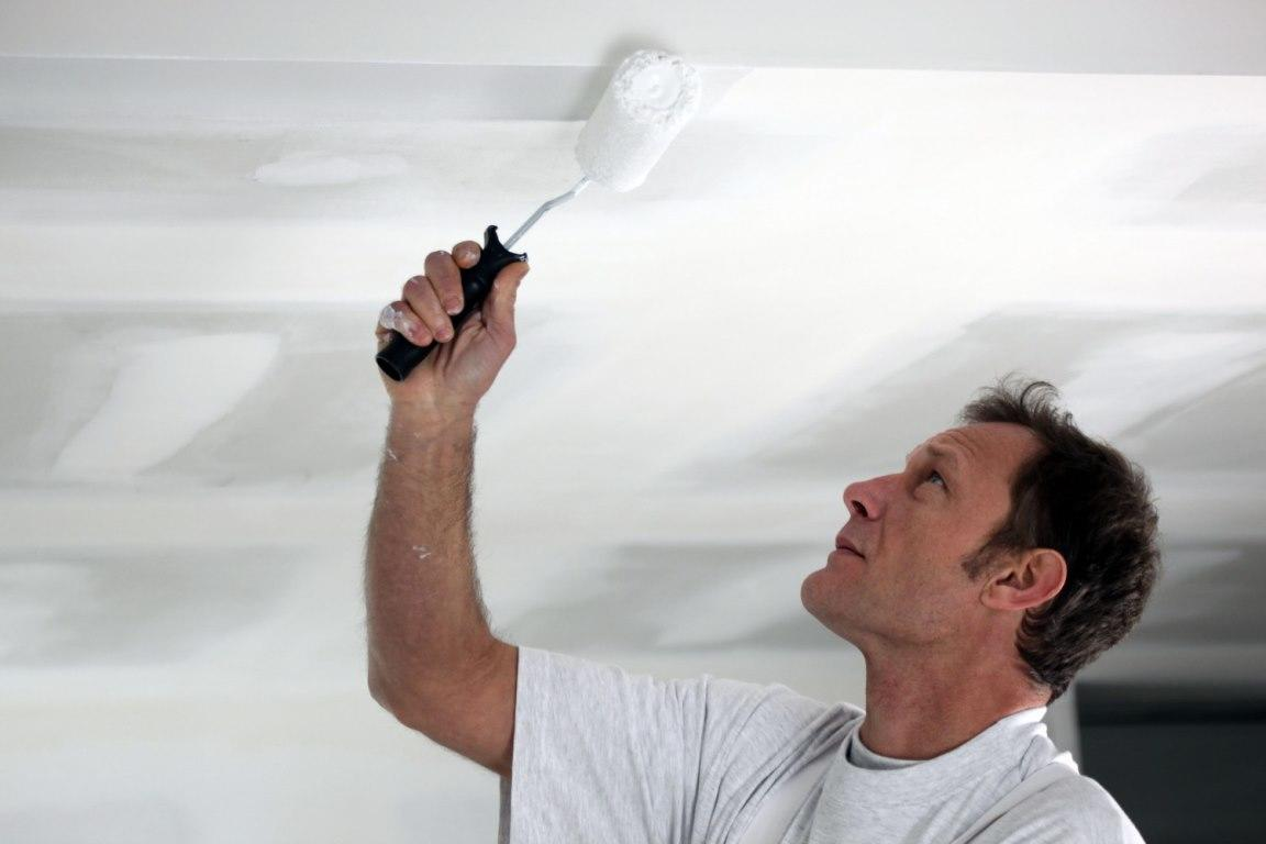 Перед тем как наносить краску, следует заранее подготовить потолок, предварительно очистив его от грязи и пыли