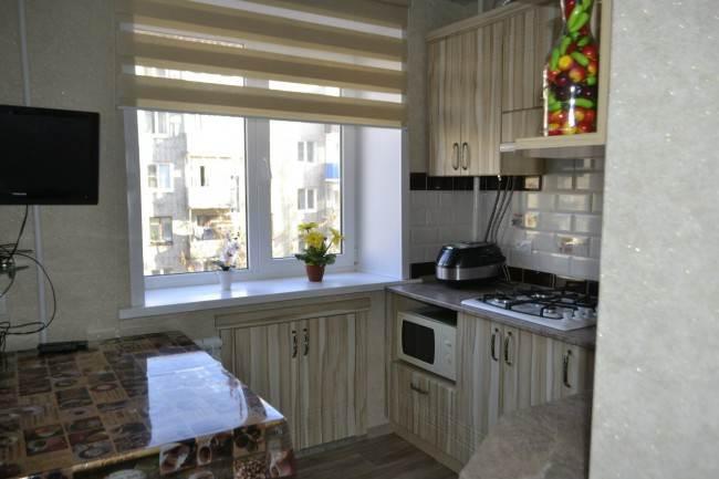 Столешница у окна на кухне