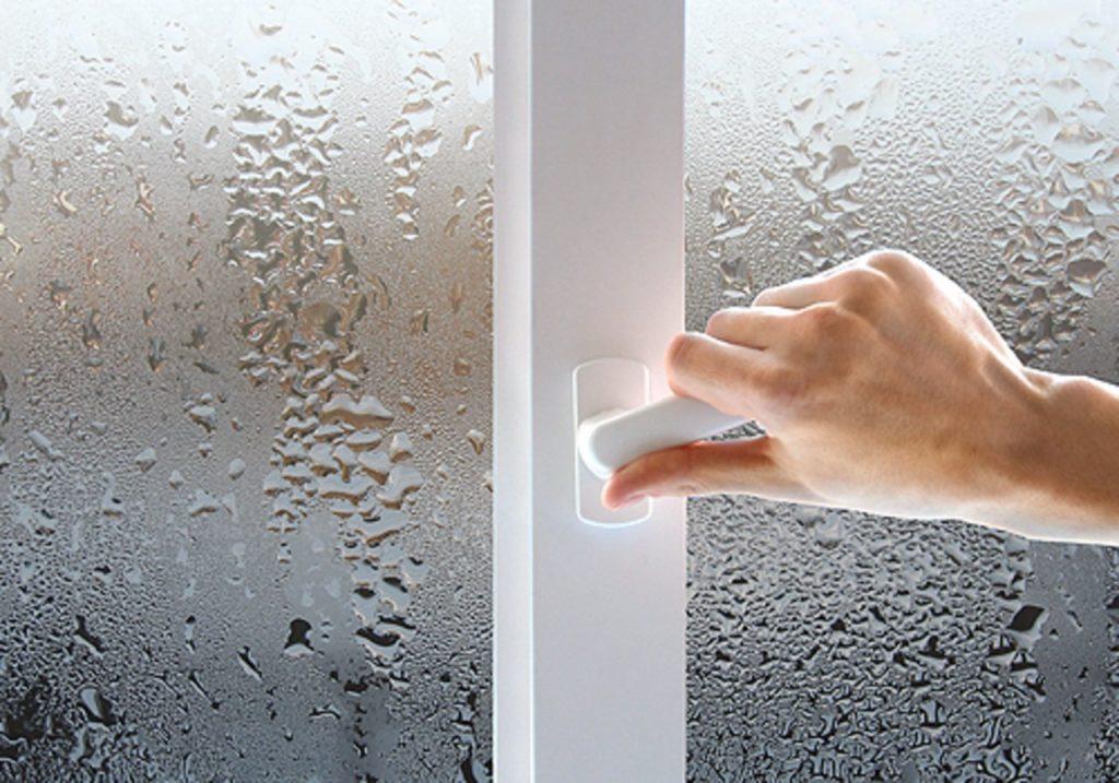 Почему потеют окна зимой