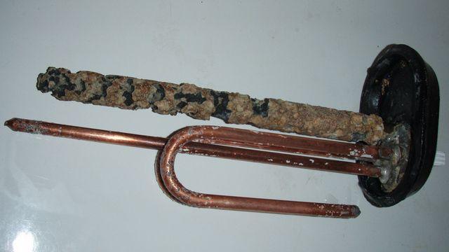 Магниевый анод предохраняет ТЭНы и стенки бака от образования накипи и коррозии