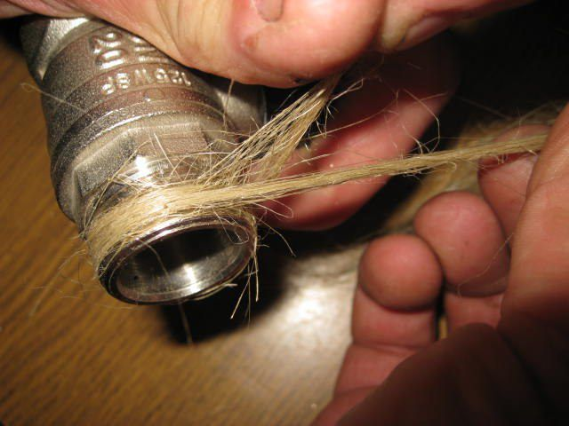 Подмотка резьбового соединения паклей