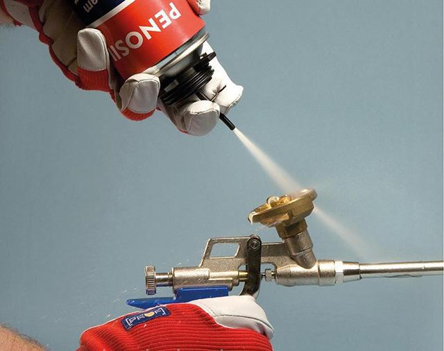 Хорошо справляется со свежей монтажной пеной жидкость для промывания монтажных пистолетов