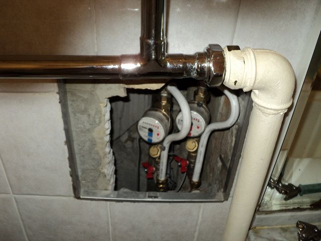 Бывают и более сложные ситуации, например, когда трубы спрятаны в закрытом канале