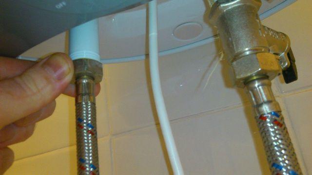 Патрубок горячей воды можно соединять с трубой безо всяких промежуточных устройств