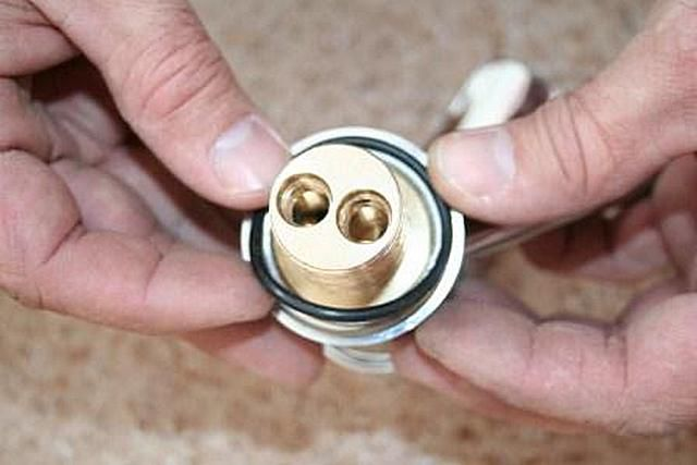 Установка уплотнительного кольца в отведенную ему канавку
