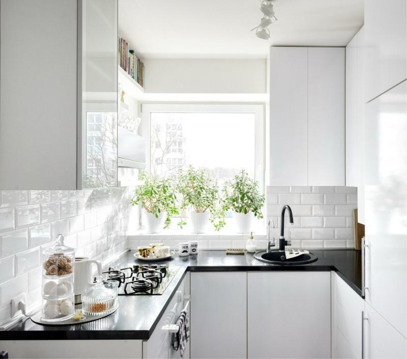 Белая П-образная кухня с подоконником-столешницей