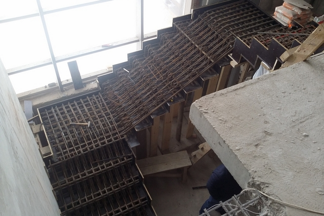Сложно даже представить, какими соображениями руководствовался разработчик вот такой схемы армирование бетонной лестницы? По ней будут ездить танки? Или это просто «развод» заказчика на металл?