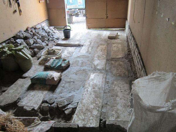 Выкладываем бетонные плиты, а пространство между ними заполняем бетоном и бутовым камнем
