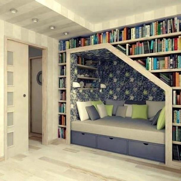 Библиотека над кроватью