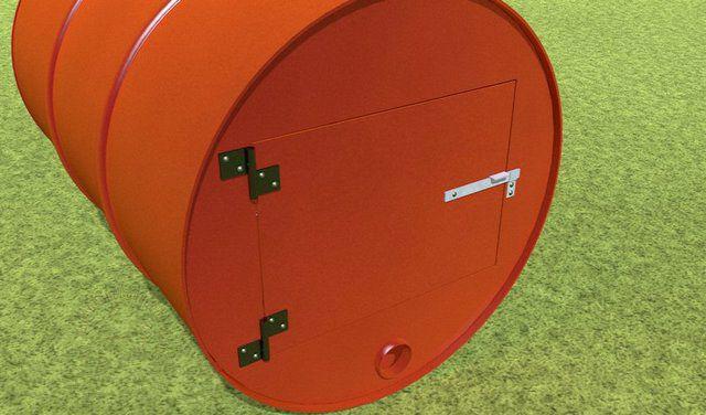 Окно топки с установленной дверцей. Штатное отверстие бочки будет служить поддувалом.