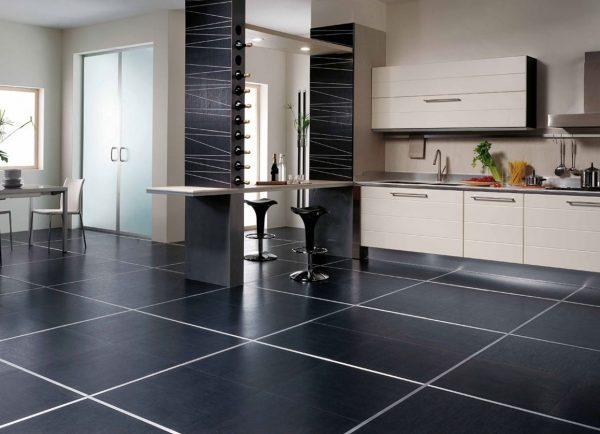 Черная напольная плитка в кухне