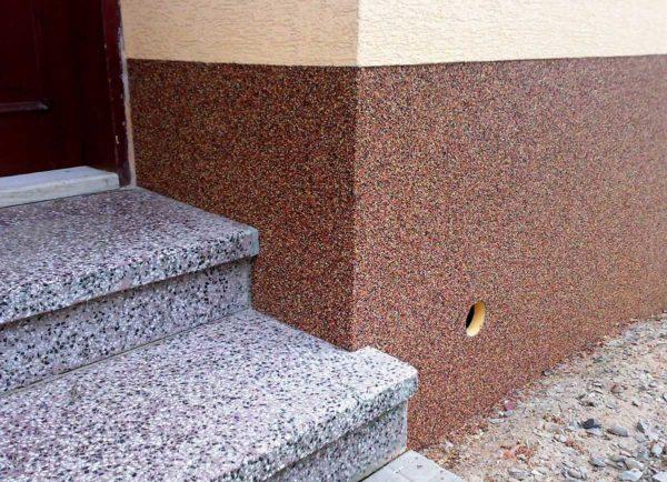 Пример отделки дома декоративной штукатуркой снаружи: на цоколе каменная штукатурка, выше - на стенах - короед