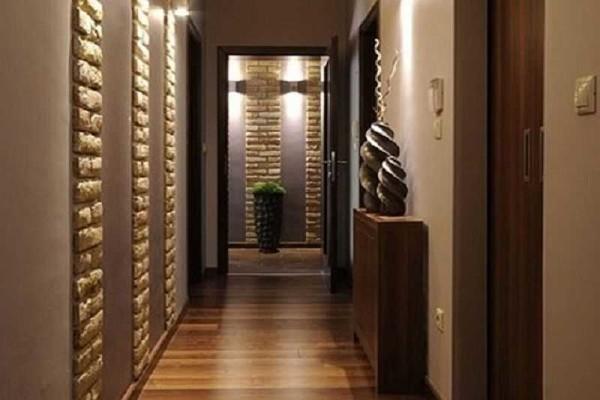 Чередование полос оштукатуренных стен и декоративного камня дает необычный эффект