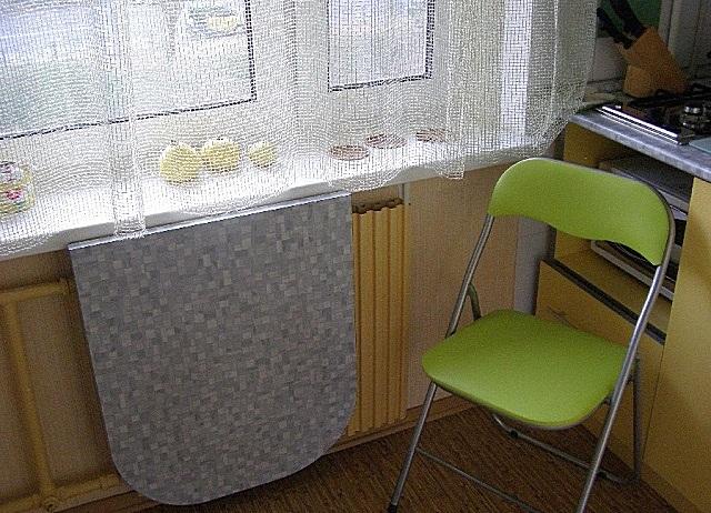 Простейший вариант экономии пространства за счет обеденного стола – он просто складывается к стене, когда в нем нет потребности