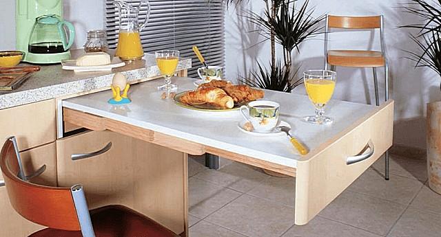 Обеденный стол выдвигается из одного из кухонных шкафов