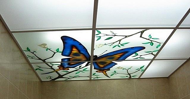 Подвесной кассетный потолок из матового стекла с нанесенным орнаментом и организованной сверху подсветкой